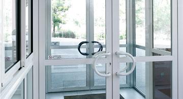 Portes d'immeuble et hall d'entrée
